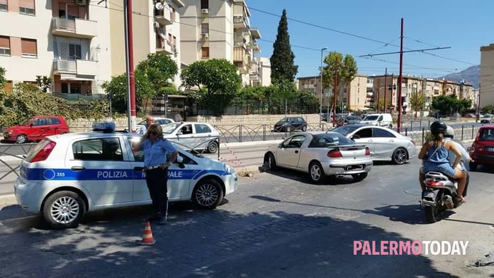 incidente viale Michelangelo polizia municipale sul posto-2