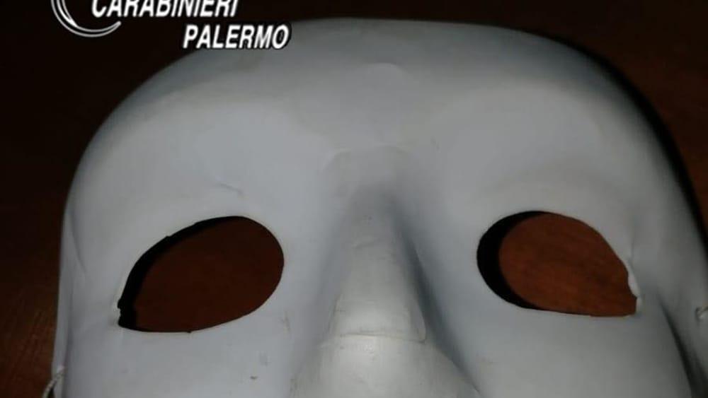 maschera atti vandalici liceo villabate-2