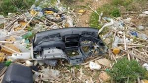 pezzo di automobile nel litorale della Costa Sud-2