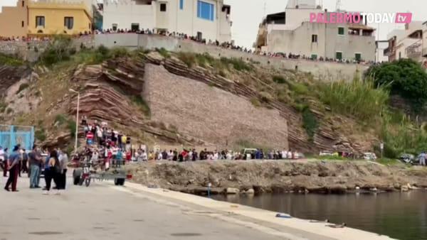 VIDEO | Terrasini, ritrovato in mare il corpo di uno dei tre dispersi: le immagini dell'arrivo al porto