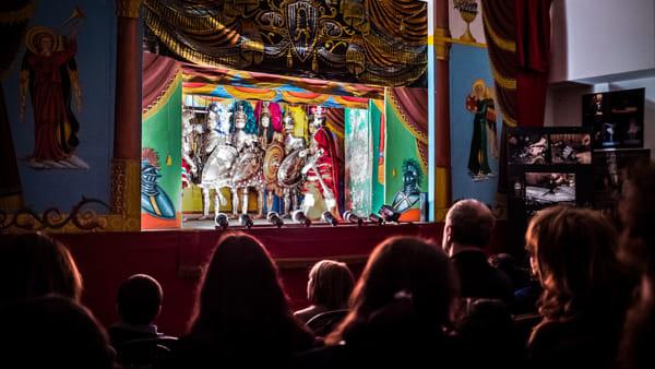 Notte al teatro dei pupi siciliani Argento: Farsetta, Nofrio e Virticchio in uno spettacolo