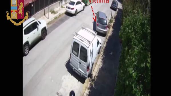 VIDEO | Ladro apre lo sportello, ruba la borsa e scappa: le immagini del furto a Mondello
