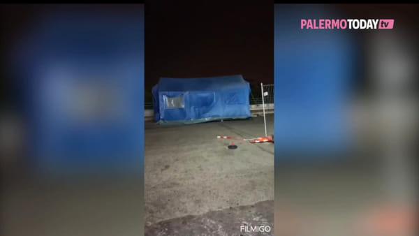 VIDEO | Coronavirus, il forte vento si porta via la tenda del pretriage davanti al Cervello