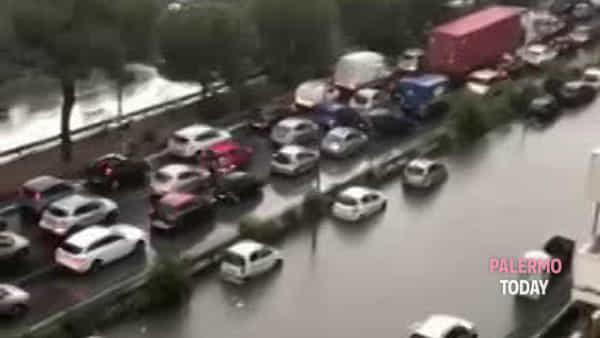 VIDEO | Si impantana in viale Regione e si sente male, soccorso da alcuni automobilisti