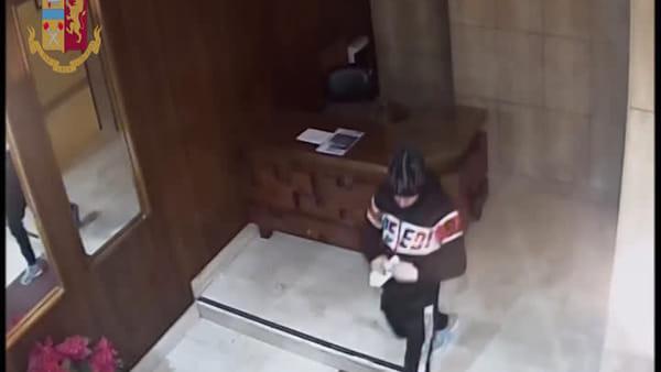 VIDEO | Rubava pacchi postali, bici e spiccioli lasciati in portineria: le immagini dei furti