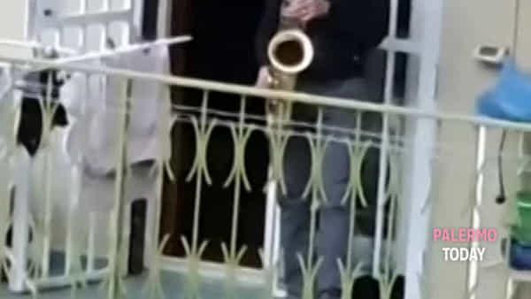 VIDEO | Coronavirus: tutti al balcone per il professore con il sax in zona Stadio