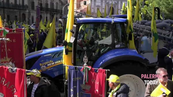 Agricoltori e allevatori siciliani marciano a Palermo: il centro si colora di giallo | VIDEO