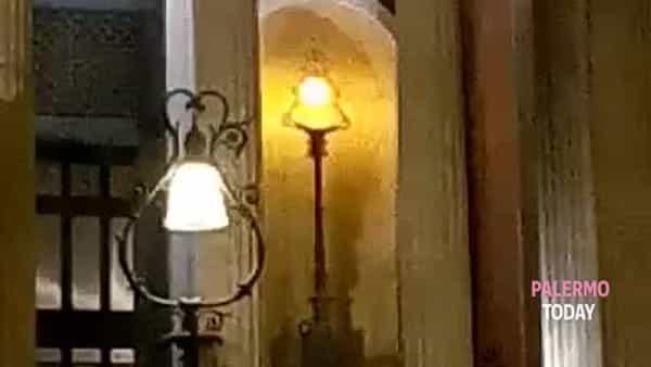 La scalinata del Teatro Massimo usata come rampa di lancio | VIDEO