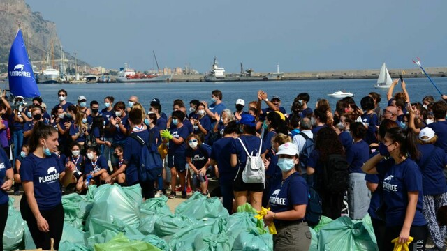 750 volunteers clean up the Foro Italico for the Plastic free day thumbnail