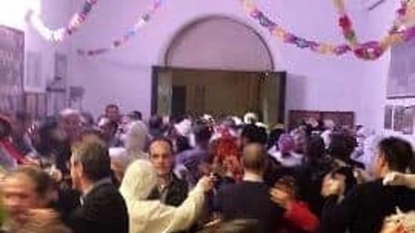 Carnevale a Piana degli Albanesi, le donne in maschera invitano gli uomini a danzare