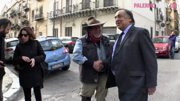 "VIDEO | Shoah, le pietre d'inciampo di Gunter Demnig in città: ""Coltiviamo la memoria"""