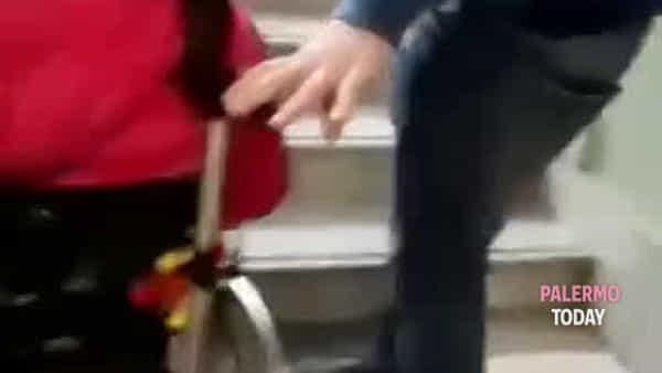 Ascensore rotto, bambina disabile costretta a essere portata in braccio in classe | VIDEO