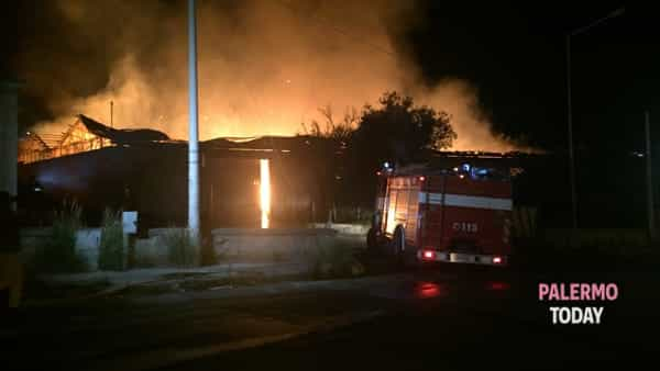 L'incendio in via Giovan Battista Vico - foto Campolo