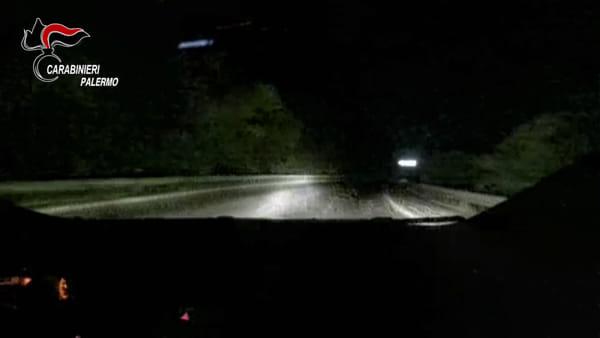 Con la Jeep appena rubata scappa a folle velocità e poi si lancia dall'auto: le fasi dell'inseguimento| VIDEO
