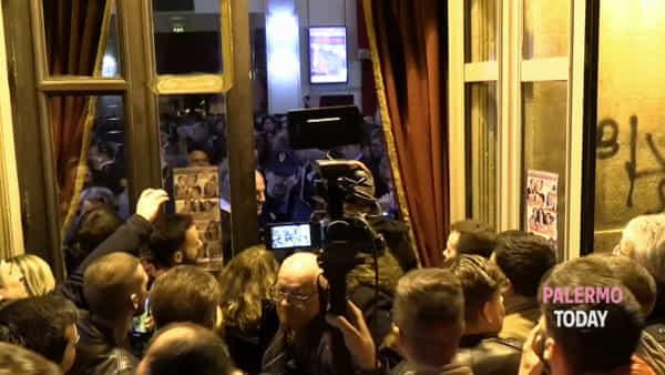VIDEO | Saluto romano all'uscita dal teatro, momenti di tensione dopo il comizio di Salvini