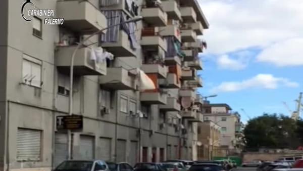 Crack dal balcone, vedette col binocolo e pusher in bici: così si spacciava in via Brigata Aosta | VIDEO