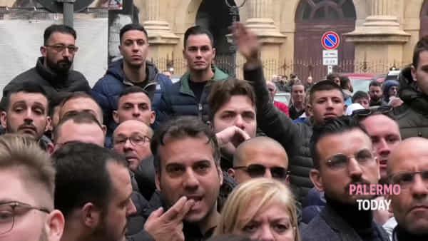 Folla davanti alla caserma: operazione Cupola, l'uscita degli arrestati | VIDEO