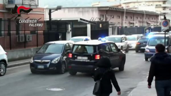 VIDEO | Con un fucile assalta bar e semina il panico: le immagini che incastrano ladro di 24 anni