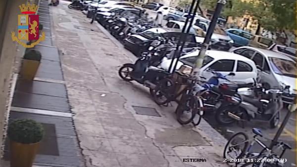 VIDEO | La guardia giurata rapinata e disarmata da tre uomini: le immagini dell'assalto