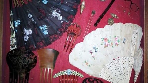 Isola della Femmine, abiti femminili e oggetti di vita quotidiana del Novecento in una mostra