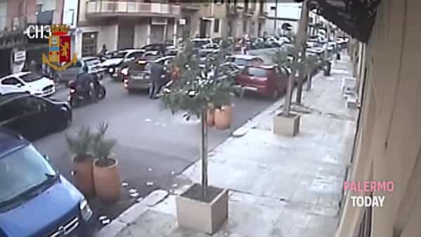 Via Cappuccini, la rapina nel traffico e la fuga con lo scooter | VIDEO