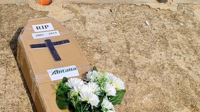 """Almaviva, operators in the square with a cardboard coffin """"Rip Alitalia"""" thumbnail"""