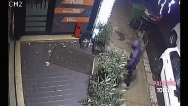 VIDEO | Via Malaspina, mazzate alla vetrina: ma il colpo al bar non riesce...