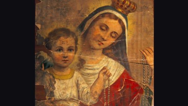 Gli antichi rosari siciliani in una perfomance, Sara Favarò alla Galleria Josephine Bonì