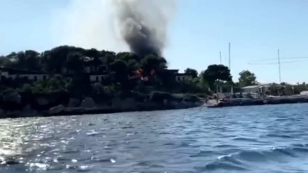 VIDEO | Incendio a Sferracavallo, bungalow divorato dalle fiamme vicino alla Baia del Corallo