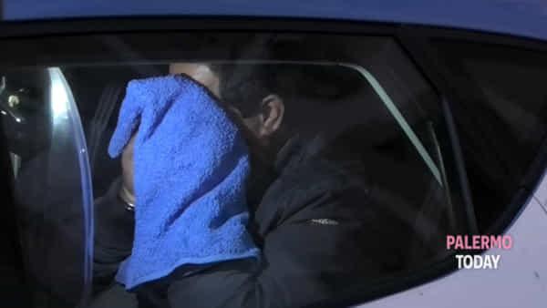 Strangola la compagna e confessa l'omicidio, l'uscita dell'arrestato dalla Squadra mobile | VIDEO