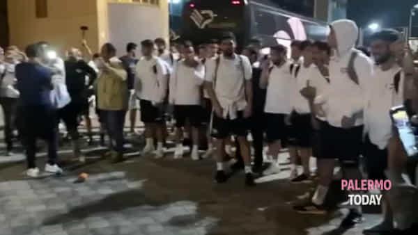 Entusiasmo Palermo, folla accoglie i giocatori al rientro da Biancavilla | VIDEO