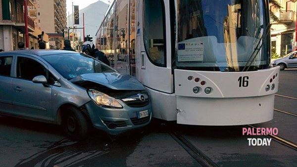 Incidente stradale in via Leonardo da Vinci: auto contro tram