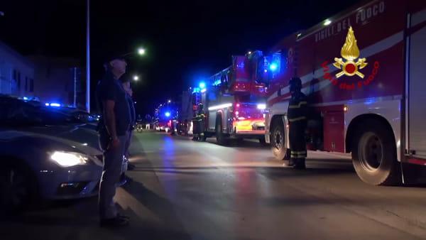 Corso Pisani, camion dei vigili del fuoco a sirene spiegate per salutare i poliziotti uccisi | VIDEO