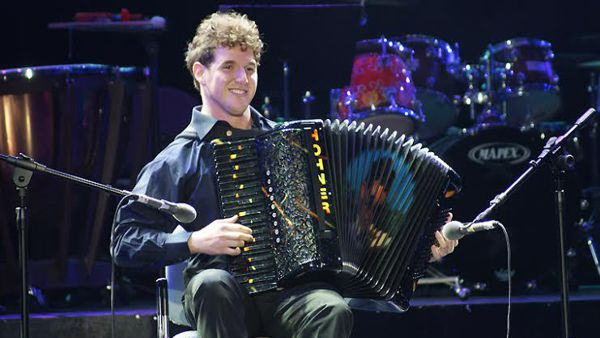 Al Teatro Finocchiaro torna il fisarmonicista valdericino Pietro Adragna, due volte campione del mondo