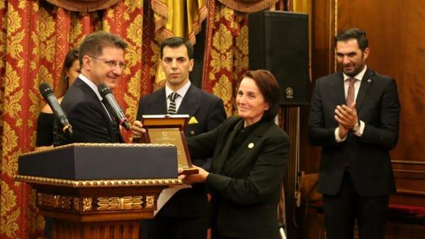 La consegna del riconoscimento dalla moglie ex Presidente Imbrahim Rugova-2