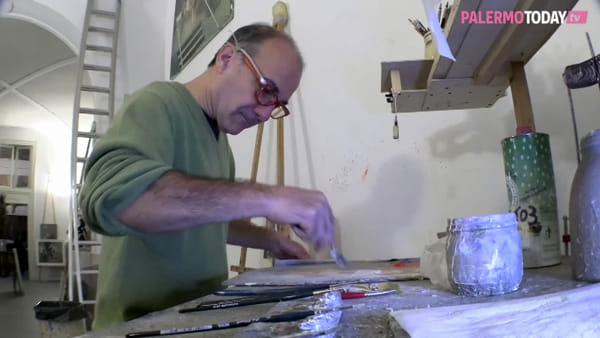 VIDEO | Nicola Pucci, il pittore che divide la sua casa-studio con un gallo e una gallina