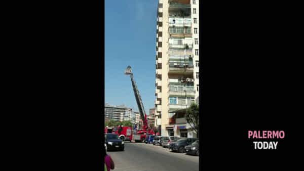Casa in fiamme in via Scobar, l'intervento dei vigili del fuoco con l'autoscala | VIDEO