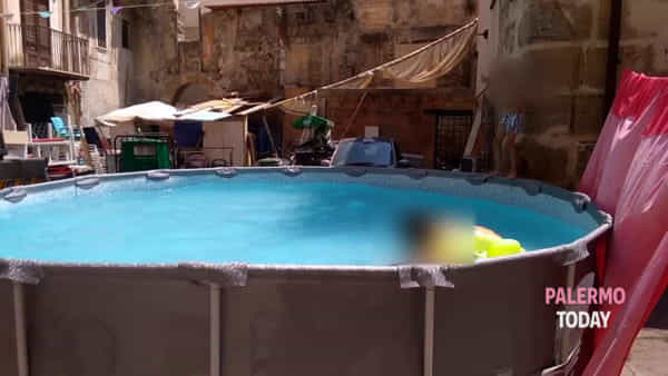 Lotta al caldo rovente: spunta una piscina nel cuore della Vucciria | VIDEO