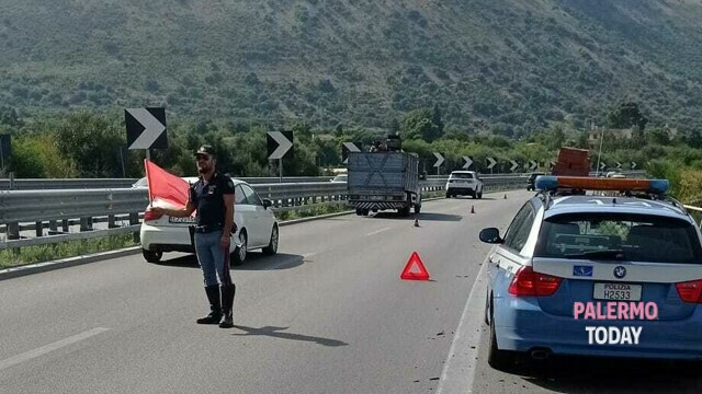 Truck punctures a wheel and stops on the motorway, queues between Cinisi and Terrasini thumbnail