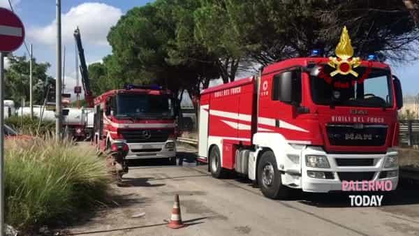 Guasto a un'autocisterna, strada bloccata: vigili del fuoco in azione | VIDEO
