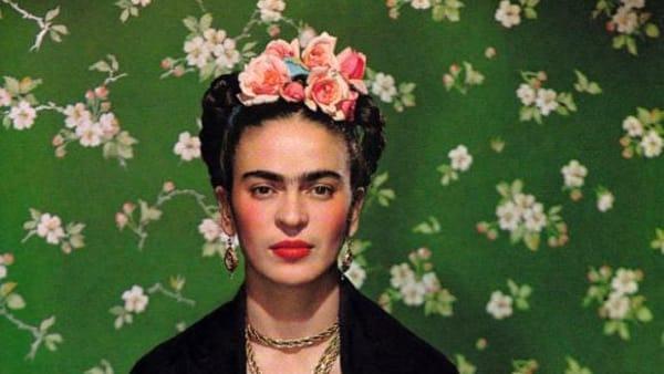 Francobolli, autoritratti e art couture: a Palazzo Zingone una mostra su Frida Kahlo