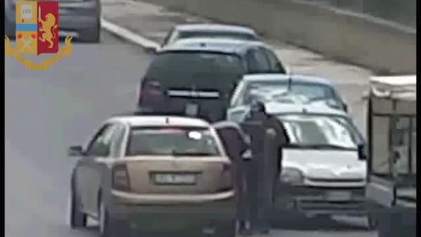 Quel corriere con 10 chili di hashish sulla statale: le immagini dell'operazione antidroga | VIDEO