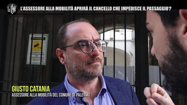 VIDEO | Cortile pubblico trasformato in privato, anche Le Iene sul cancello che imbarazza l'assessore Catania