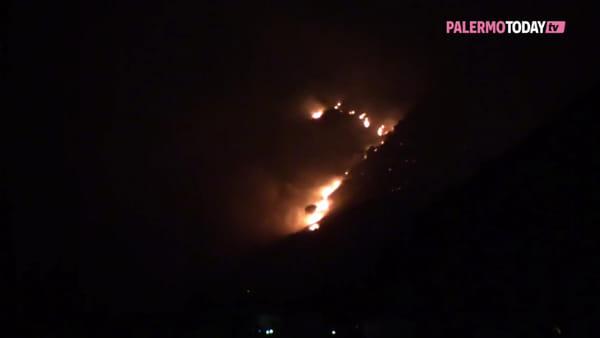 VIDEO | Incendio a San Martino delle Scale, fiamme alte ma il vento ferma i canadair
