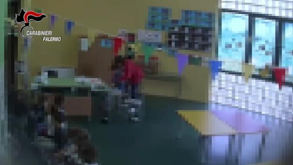 Bambini presi per l'orecchio e spinti in un angolo: le immagini dalla scuola di Borgetto | VIDEO