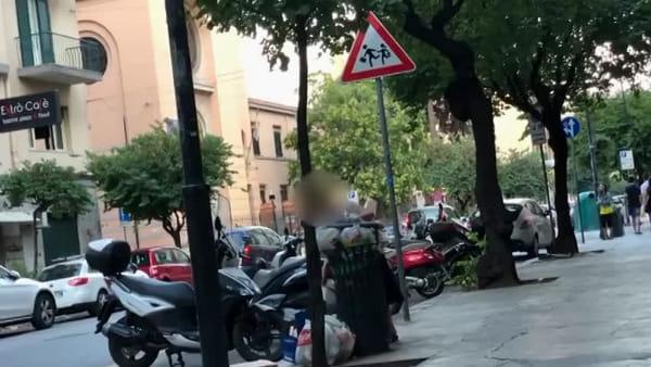 Lascia sacchetto di rifiuti ai piedi del cestino gettacarta, su Facebook video e rimprovero del sindaco | VIDEO