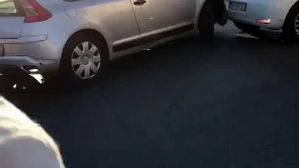 Viene multato in piazza XIII Vittime, sperona auto dei vigili e altre 2 vetture in sosta: preso | VIDEO