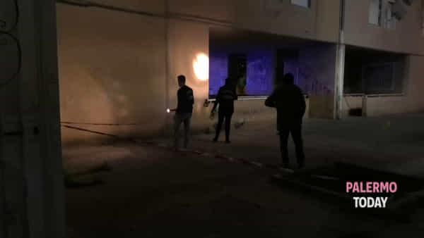 L'agguato e l'inseguimento in strada, padre e figlio uccisi allo Zen: le immagini | VIDEO