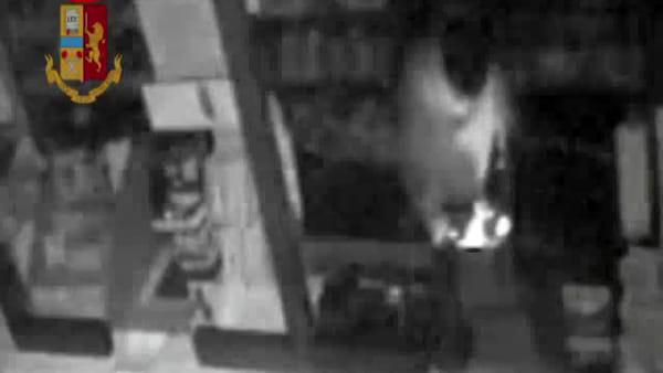 Spaccava le vetrine con mazze e martelli, le immagini che inchiodano il ladro seriale | VIDEO
