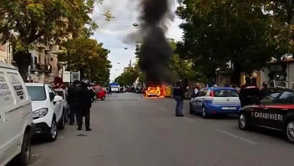 VIDEO | Incendio in corso Calatafimi, auto avvolta dalle fiamme